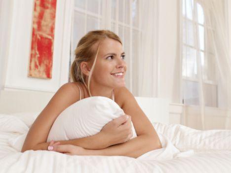 Erotik rüyalar...  Rüyanızda ünlü biriyle birlikte olmuş ya da kız arkadaşınızı öptüğünüzü görüp korkuyla uyanmışsınızdır mutlaka. Bu rüyaların ne anlama geldiğini öğrenmek ister misiniz? İşte beş erotik rüya tabiri...